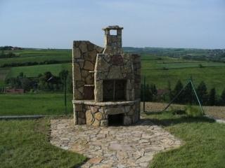 Kominek ogrodowy z kamienia